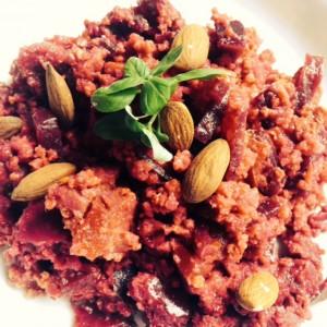 Eenpansmaaltijd van gierst en verse groenten met amandelen - glutenvrij en vegetarisch